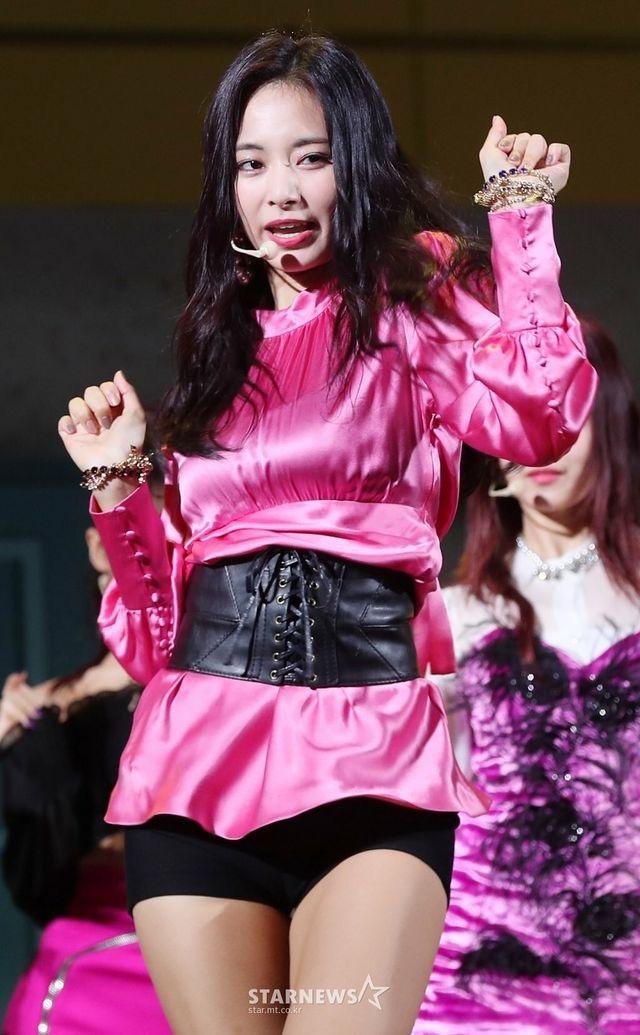 ピンクのサテンドレスを着たTWICEツウィ 15