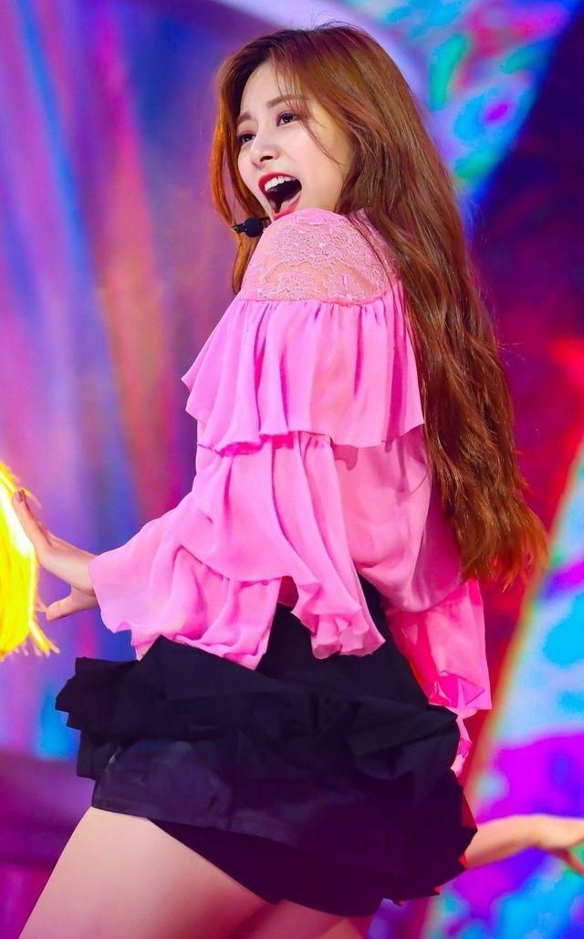 ピンクのサテンドレスを着たTWICEツウィ 13