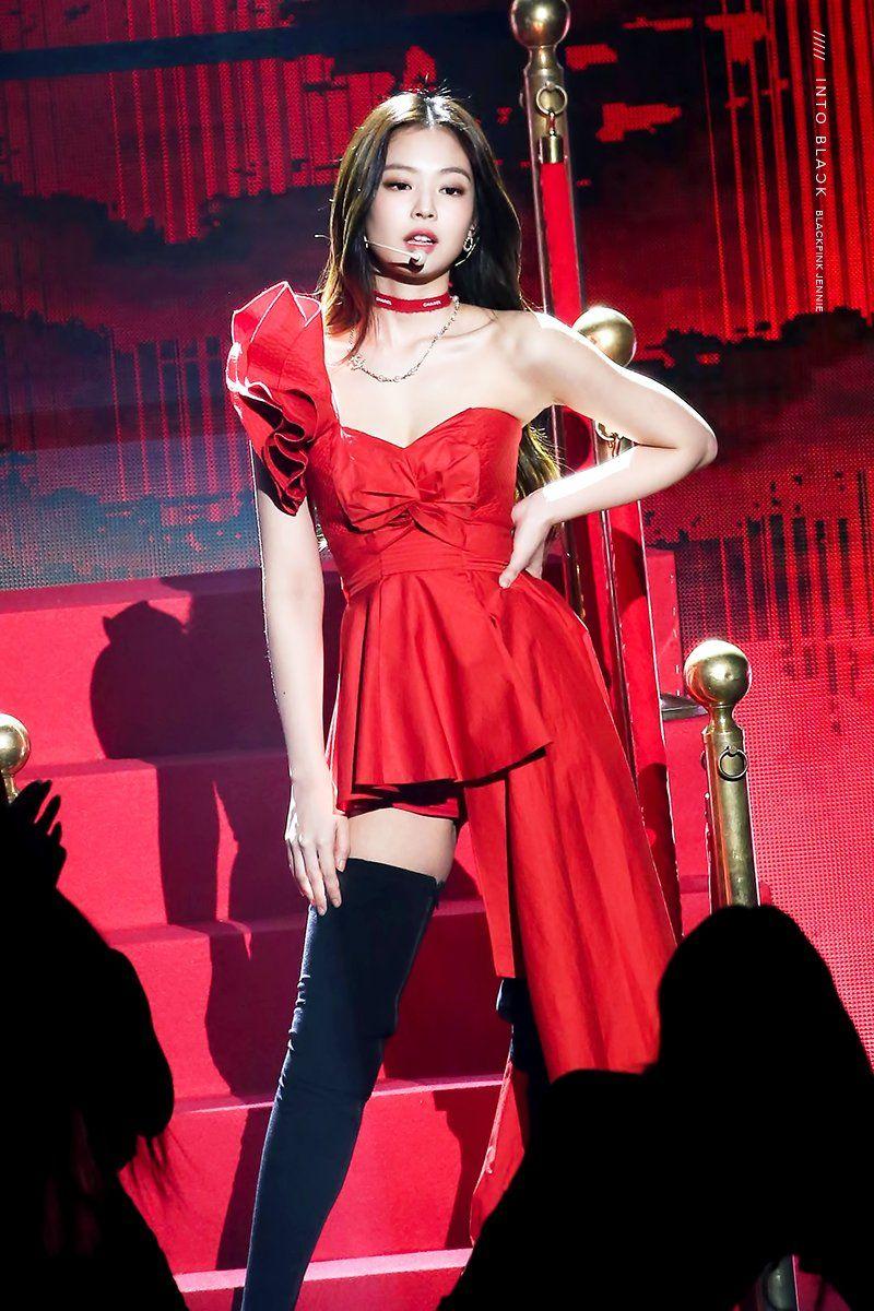 赤いドレスを着たBlack Pinkジェニー 11