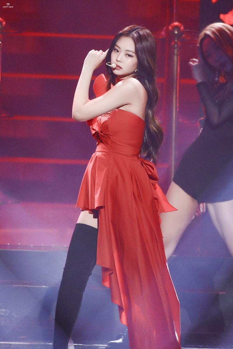 赤いドレスを着たBlack Pinkジェニー 17