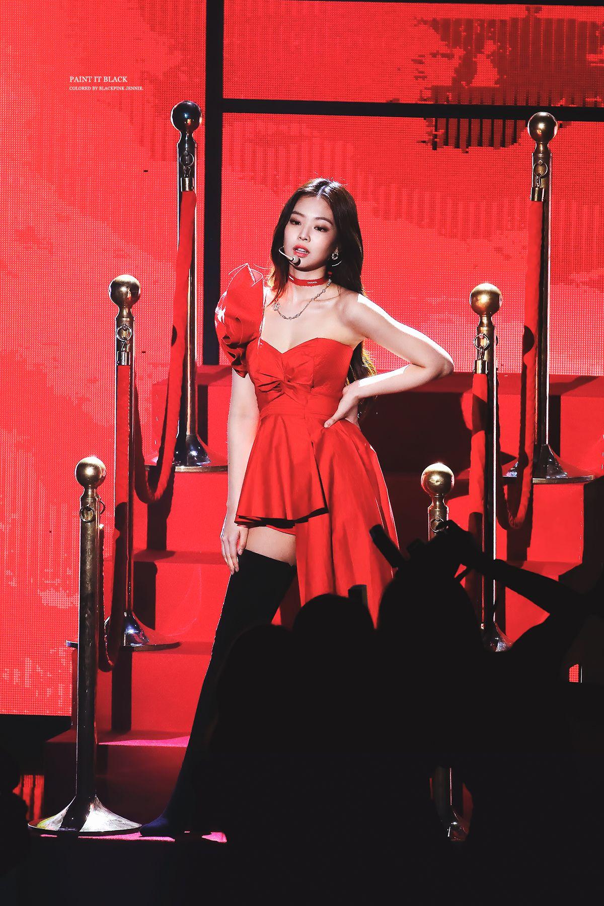 赤いドレスを着たBlack Pinkジェニー 20