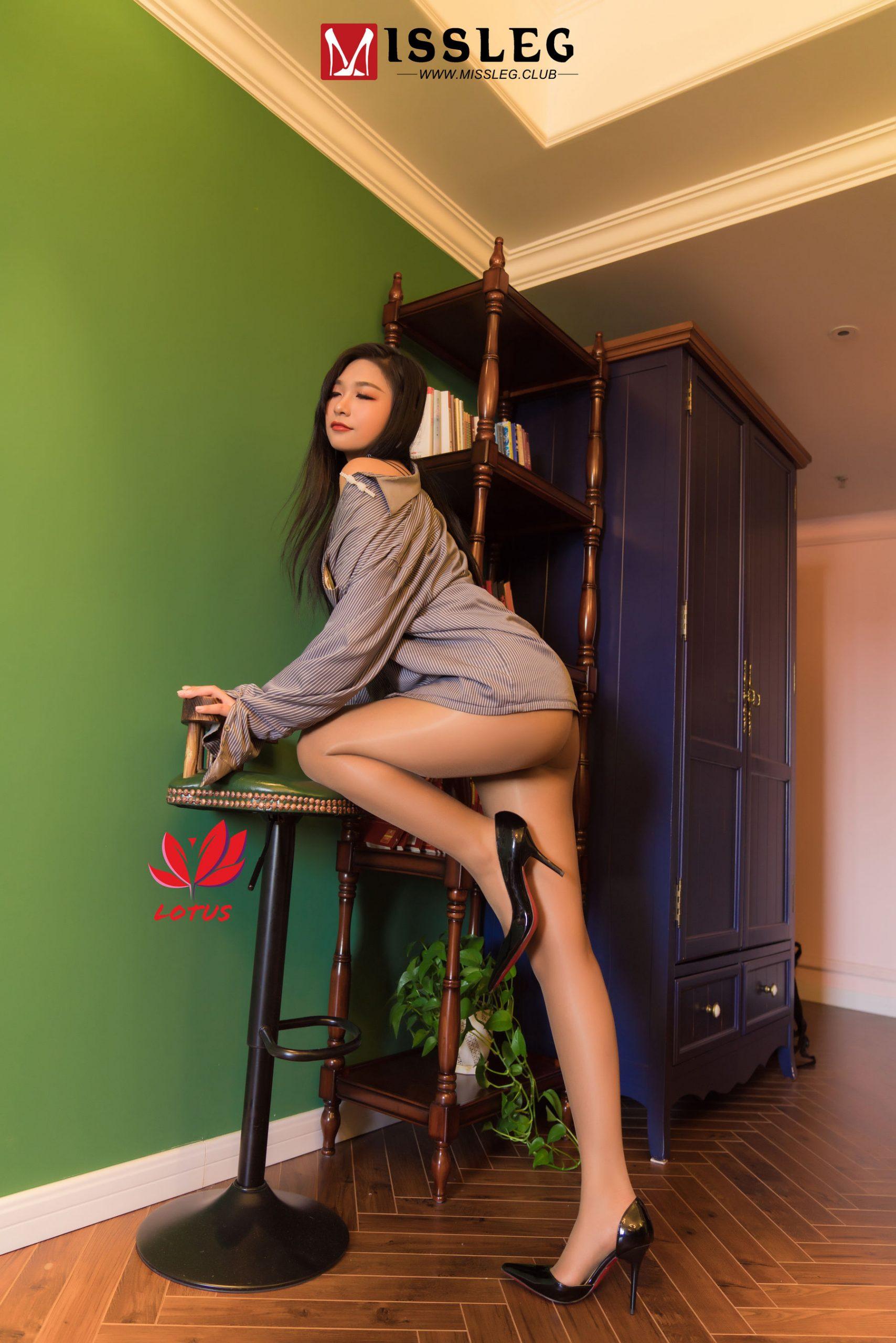 エロすぎる美女の生足画像(13pics)