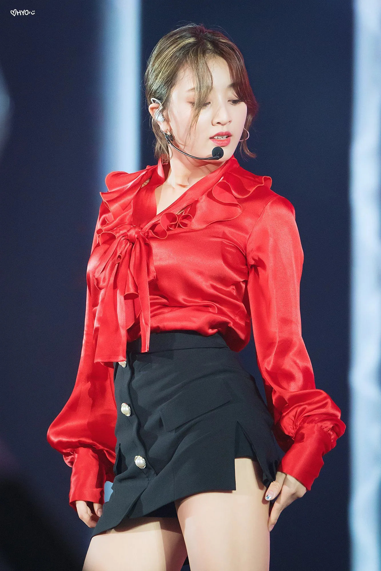 セクシーな赤色のサテンドレスを着てるTWICEジヒョ11