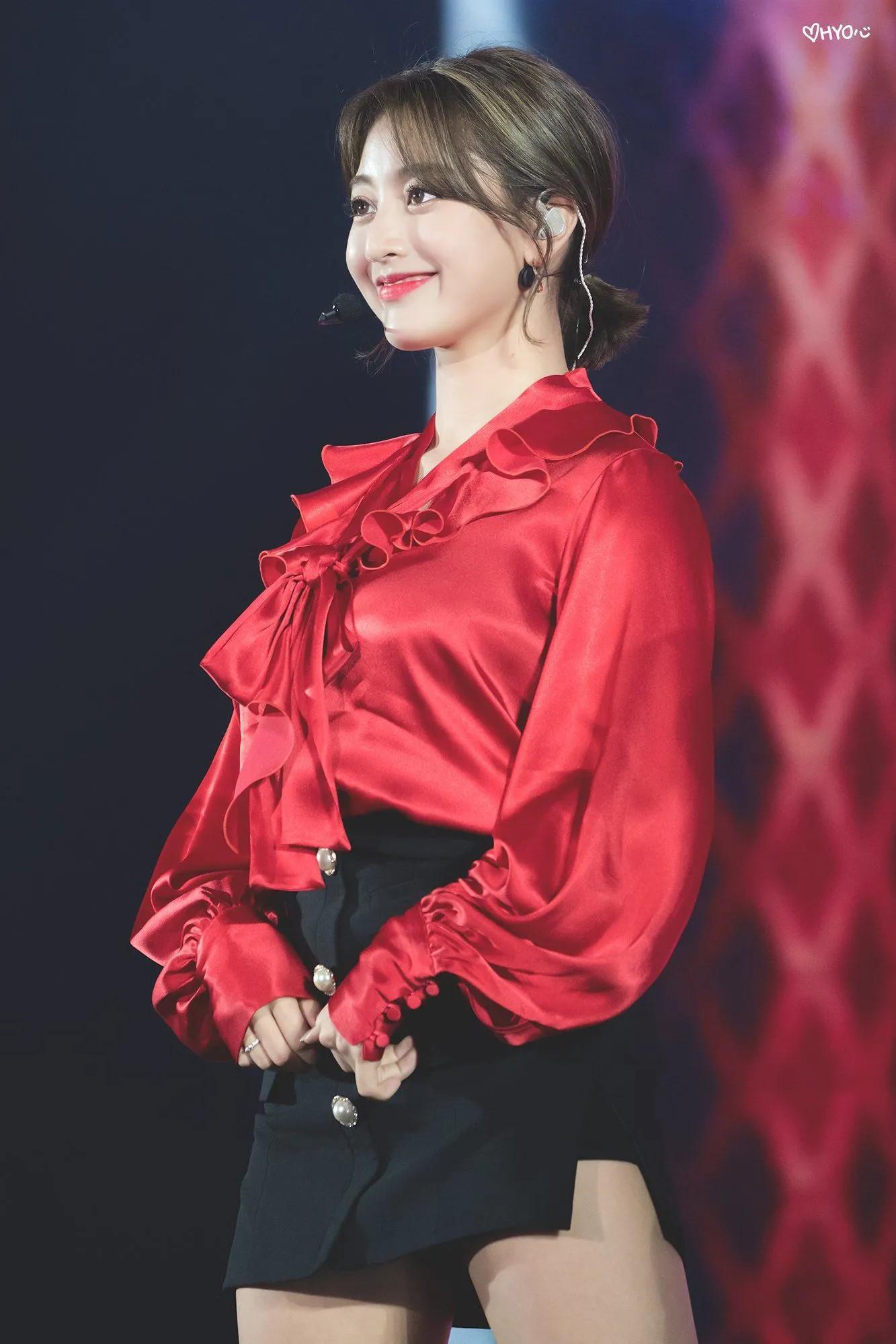 セクシーな赤色のサテンドレスを着てるTWICEジヒョ14